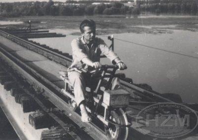 Inžinjer Planinc pri obilasku Mosta na Dravi
