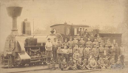 Osoblje Strojarnice Kraljevskih ugarskih državnih željeznica pri radu na lokomotivi MÁV 326.363/JŽ 125-052